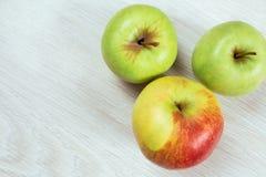 2 зеленых яблока и красного яблоко, взгляд сверху Стоковые Фото