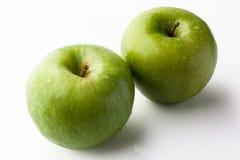 2 зеленых яблока на белизне от высокого угла Стоковые Фото