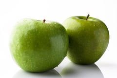 2 зеленых яблока на белизне от стороны Стоковые Изображения RF
