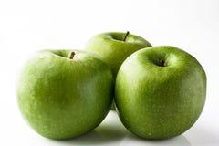 3 зеленых яблока на белизне от стороны Стоковые Фотографии RF