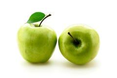 2 зеленых яблока на белизне Стоковое Изображение