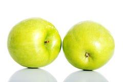 2 зеленых яблока над белизной. Стоковое Изображение RF