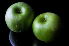 2 зеленых яблока на черноте от высокого угла Стоковое Изображение
