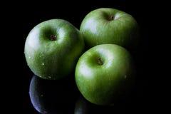 3 зеленых яблока на черноте от высокого угла Стоковое Изображение