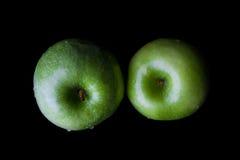 2 зеленых яблока на черноте сверху Стоковое фото RF