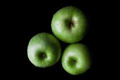 3 зеленых яблока на черноте сверху Стоковое Изображение