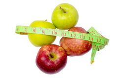 2 зеленых яблока, 2 прочитали изолированные яблока и измеряя ленту на белизне Стоковые Изображения