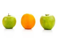 2 зеленых яблоки и апельсина Стоковые Изображения
