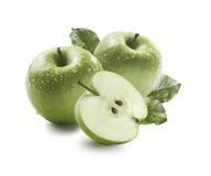 2 зеленых яблоки и половины в падениях воды изолированных на белом backg Стоковая Фотография RF
