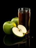 2 зеленых яблоки и сока Стоковая Фотография RF