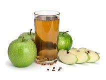 3 зеленых яблоки и стекла сока Стоковые Изображения