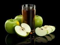 3 зеленых яблоки и стекла сока Стоковое Фото