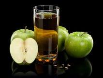 3 зеленых яблоки и стекла сока Стоковые Фотографии RF