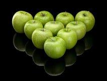 10 зеленых яблок Стоковые Изображения