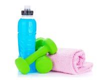 2 зеленых dumbells, бутылка питья и полотенца Стоковое фото RF