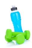 2 зеленых dumbells и бутылки с водой Стоковые Изображения RF