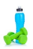 2 зеленых dumbells и бутылки с водой Стоковые Изображения