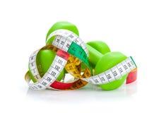 2 зеленых dumbells и рулетки Пригодность и здоровье Стоковое Изображение