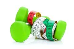 2 зеленых dumbells и рулетки Пригодность и здоровье Стоковые Фото