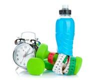 2 зеленых dumbells, рулетка, бутылка питья и будильника Стоковые Фотографии RF