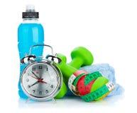 2 зеленых dumbells, рулетка, бутылка питья и будильника Стоковая Фотография
