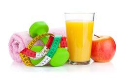 2 зеленых dumbells, рулетка и апельсиновый сок Фитнес и h Стоковые Изображения RF