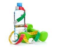 2 зеленых dumbells, рулетка и бутылки с водой Стоковая Фотография RF