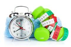 2 зеленых dumbells, рулетка и будильника Фитнес и он Стоковые Изображения