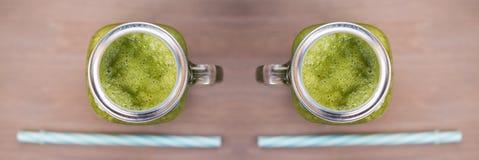 2 зеленых smoothies в опарниках каменщика с трубками Стоковые Фото