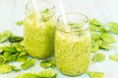 2 зеленых Smoothies с шпинатом на голубой предпосылке Стоковое Фото