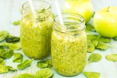 2 зеленых Smoothies Vegetable и плодоовощ с шпинатом и яблоками Стоковая Фотография