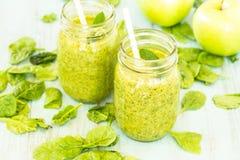 2 зеленых Smoothies Vegetable и плодоовощ с шпинатом и яблоками Стоковое Изображение RF
