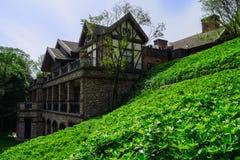 Зелёный горный склон рядом с европейским зданием стиля в солнечной осени Стоковое фото RF