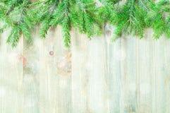 зима белизны снежинок предпосылки голубая Зеленые ветви ели с снежинками зимы на деревянной предпосылке Стоковые Фото