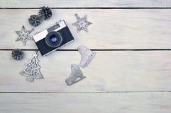 зима белизны снежинок предпосылки голубая Коньки камеры и серебра на деревянном backgrou Стоковые Фотографии RF