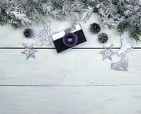 зима белизны снежинок предпосылки голубая Коньки камеры и серебра на деревянной предпосылке Стоковая Фотография