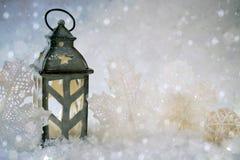 зима белизны снежинок предпосылки голубая Красивый подсвечник в форме дома Стоковые Фотографии RF