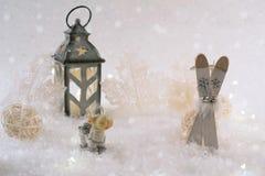 зима белизны снежинок предпосылки голубая Лыжа и олени игрушки Стоковое Изображение RF
