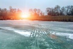 зима белизны снежинок предпосылки голубая Замороженное река на заходе солнца Стоковое фото RF