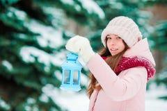 зима валов снежка неба лож заморозка мрачного дня ветвей сини Женщина держа фонарик рождества outdoors на красивый день снега зим Стоковая Фотография