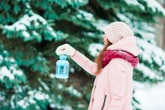 зима валов снежка неба лож заморозка мрачного дня ветвей сини Женщина держа фонарик рождества outdoors на красивый день снега зим Стоковая Фотография RF