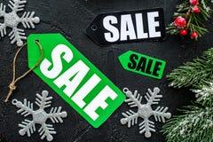 зима вектора текста сбывания предпосылки Продажа обозначает около елевых ветвей на черном взгляд сверху предпосылки Стоковые Изображения RF