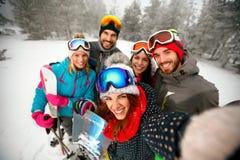 Зима, весьма спорт и концепция людей - друзья имея потеху дальше Стоковая Фотография