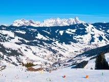 зима взгляда лыжи курорта высокогорных гор Болгарии borovets панорамная Высокогорные пики покрытые снегом Стоковое Изображение RF