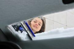 зима времени персоны чистки автомобиля Стоковое Фото