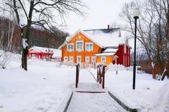 зима времени снежка горы коттеджа белая деревянная Стоковые Изображения RF