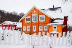 зима времени снежка горы коттеджа белая деревянная Стоковая Фотография