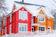 зима времени снежка горы коттеджа белая деревянная Стоковая Фотография RF