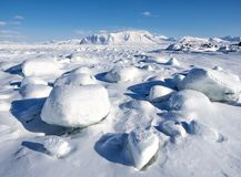 Зима в арктике - лед, море, горы, ледники - Шпицберген, Свальбард Стоковая Фотография