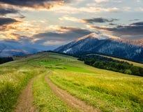 Зима в горах встречает весну в долине Стоковая Фотография